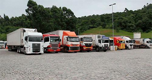 Caminhões estacionados em pátio - exame toxicológico
