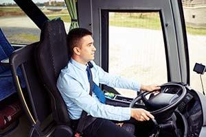 Motorista dirigindo ônibus